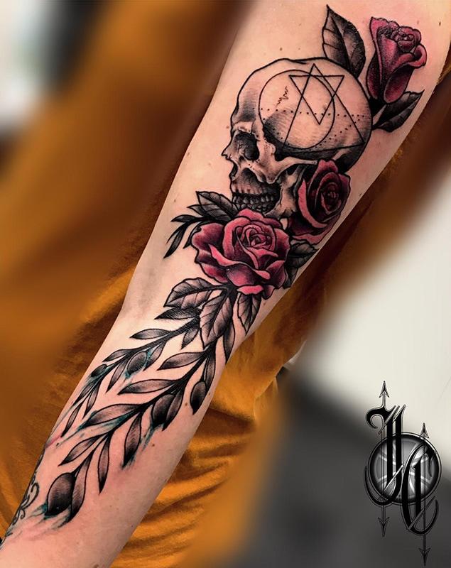 tatuaje calavera con rosas en el brazo